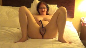 Geeky Chubby Girl Pumping pussy