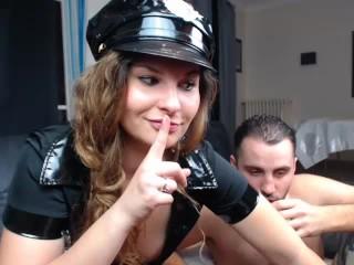 Une jeune flic se fait sodo devant une cam