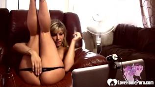 удивительная сексуальная блондинка няня развлекается во время доения