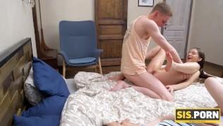 sisporn сексуальная девушка засыпает, а молодой муженек трахает сводную сестру рядом с ней