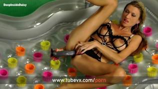 VISIT-X Mit Riesen Dildo im Pool gefilmt
