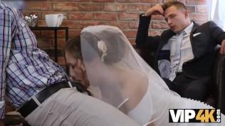 VIP4K. La bellezza in abito da sposa succhia il cazzo dello sconosciuto e si fa scopare