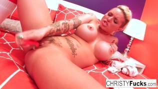 Татуированная Christy Mack мастурбирует игрушкой свою киску!